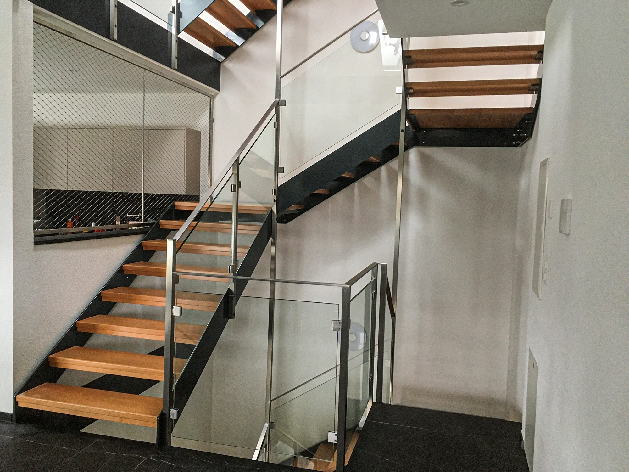 Escalier métallique avec marches en bois