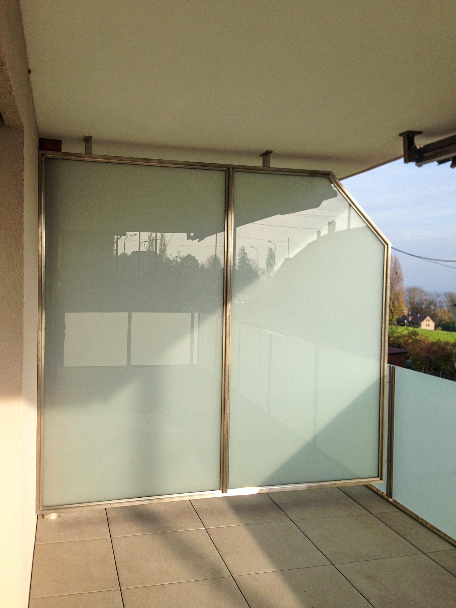 Séparation de balcon en acier-inox et remplissage en verre feuilleté